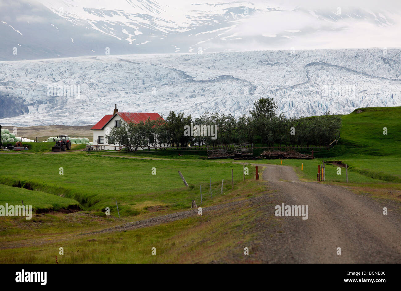 A farmhouse at the foot of Skálafellsjökull, glacier in southeast Iceland. - Stock Image