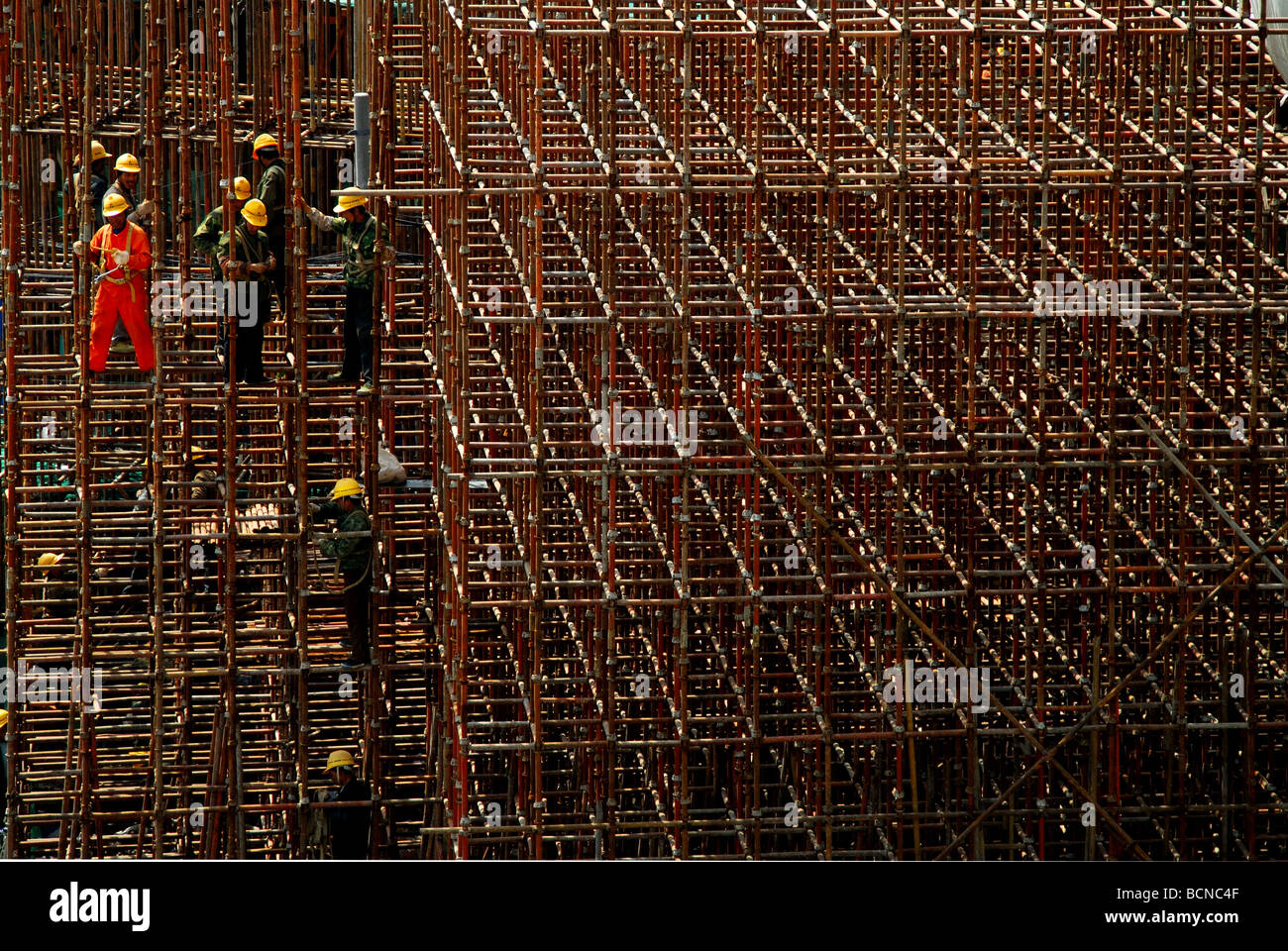Construction workers on scaffold, Shanghai, china - Stock Image