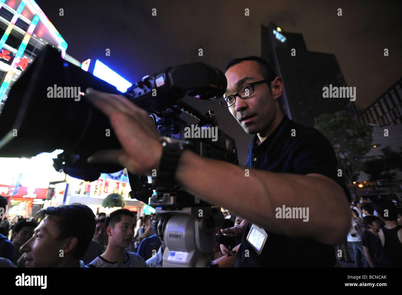 TV crew shooting footages on Najing Road, Shanghai, China - Stock Image