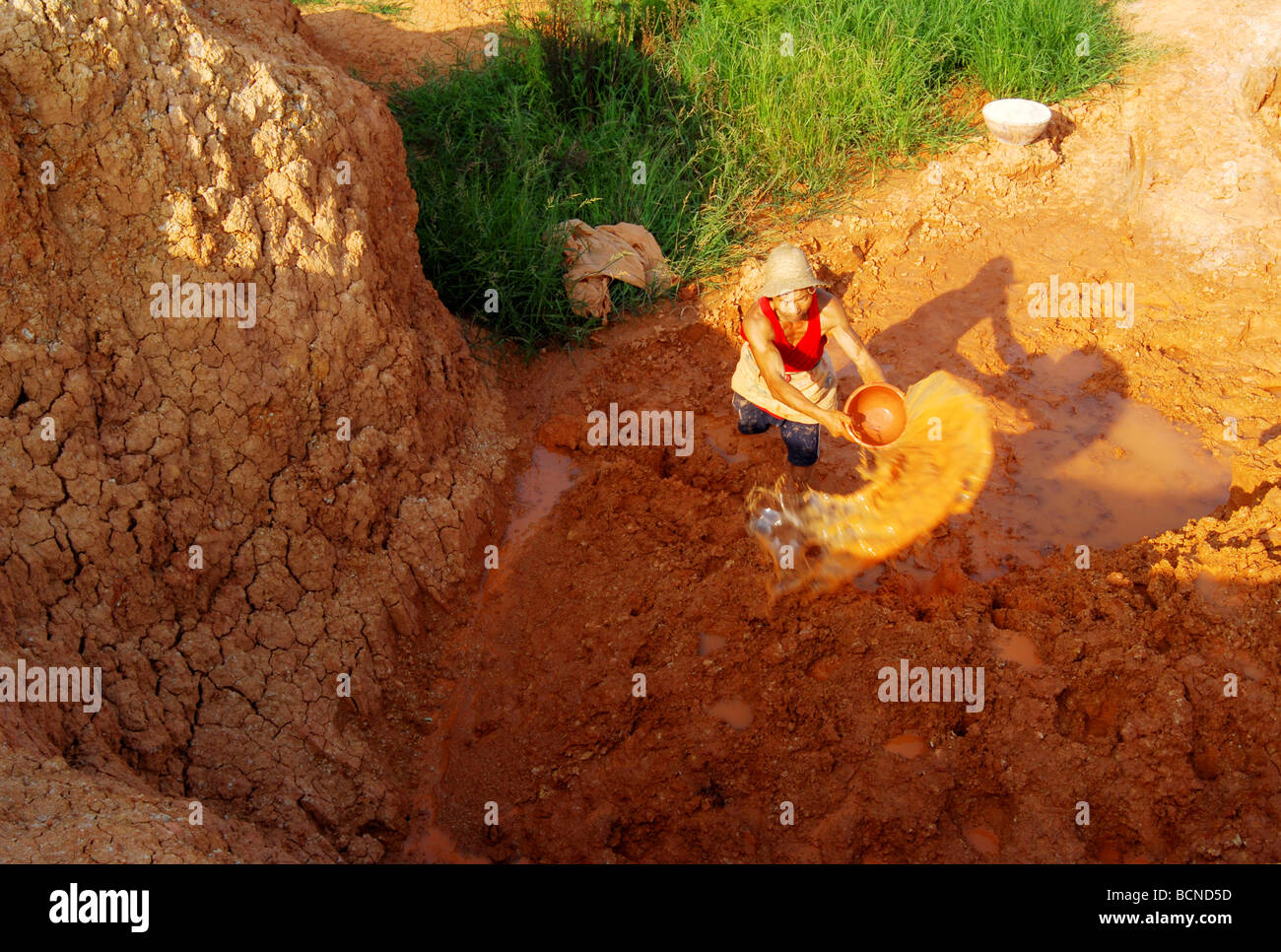 Chinese man preparing clay to make pot using century old technique, Shuangliu, Szechwan Province, China - Stock Image
