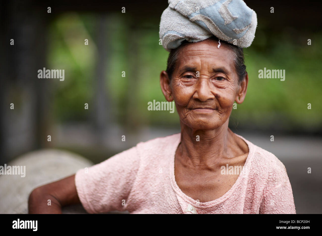 lady with towel on head for carrying loads, nr Tirtagangga, Bali, Indonesia - Stock Image