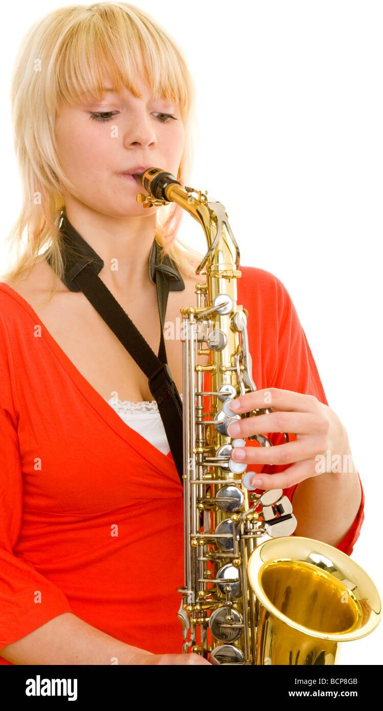 Junge blonde Frau spielt auf einem Saxophon - Stock Image