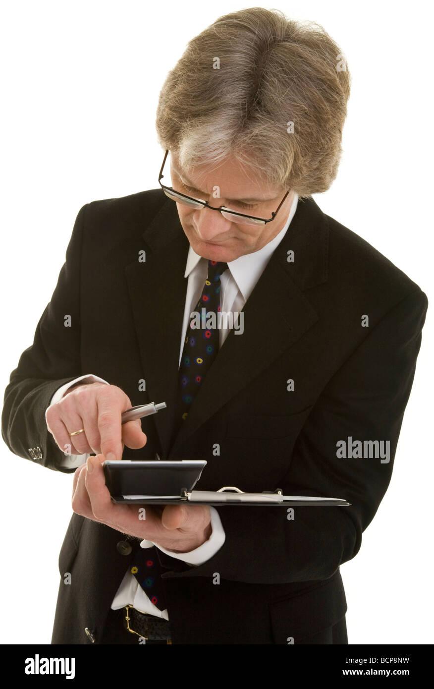Inspektor mit Klemmbrett tippt Zahlen in einen Taschenrechner - Stock Image