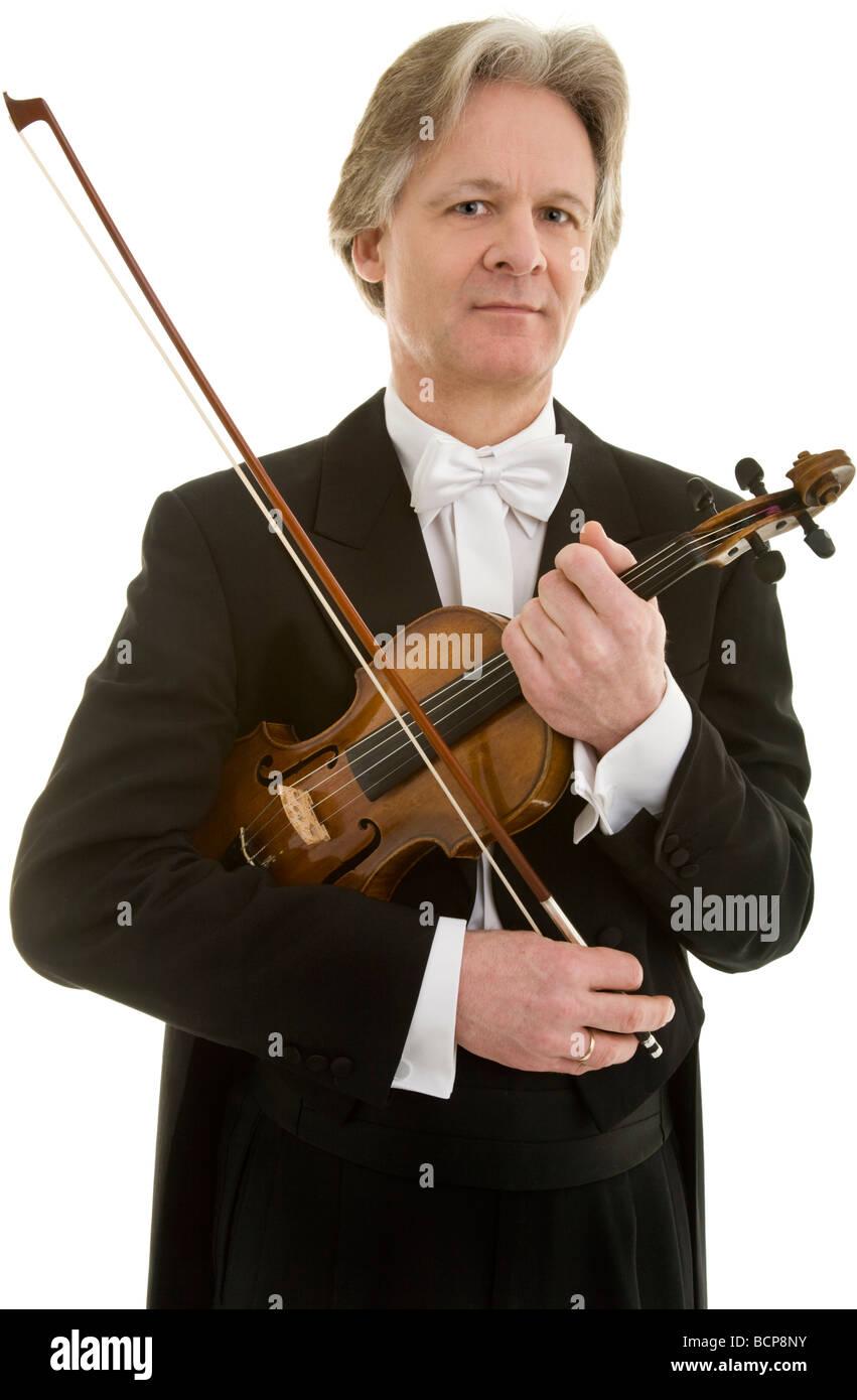 Eleganter Mann im Frack mit Fliege posiert mit Violine und Bogen - Stock Image