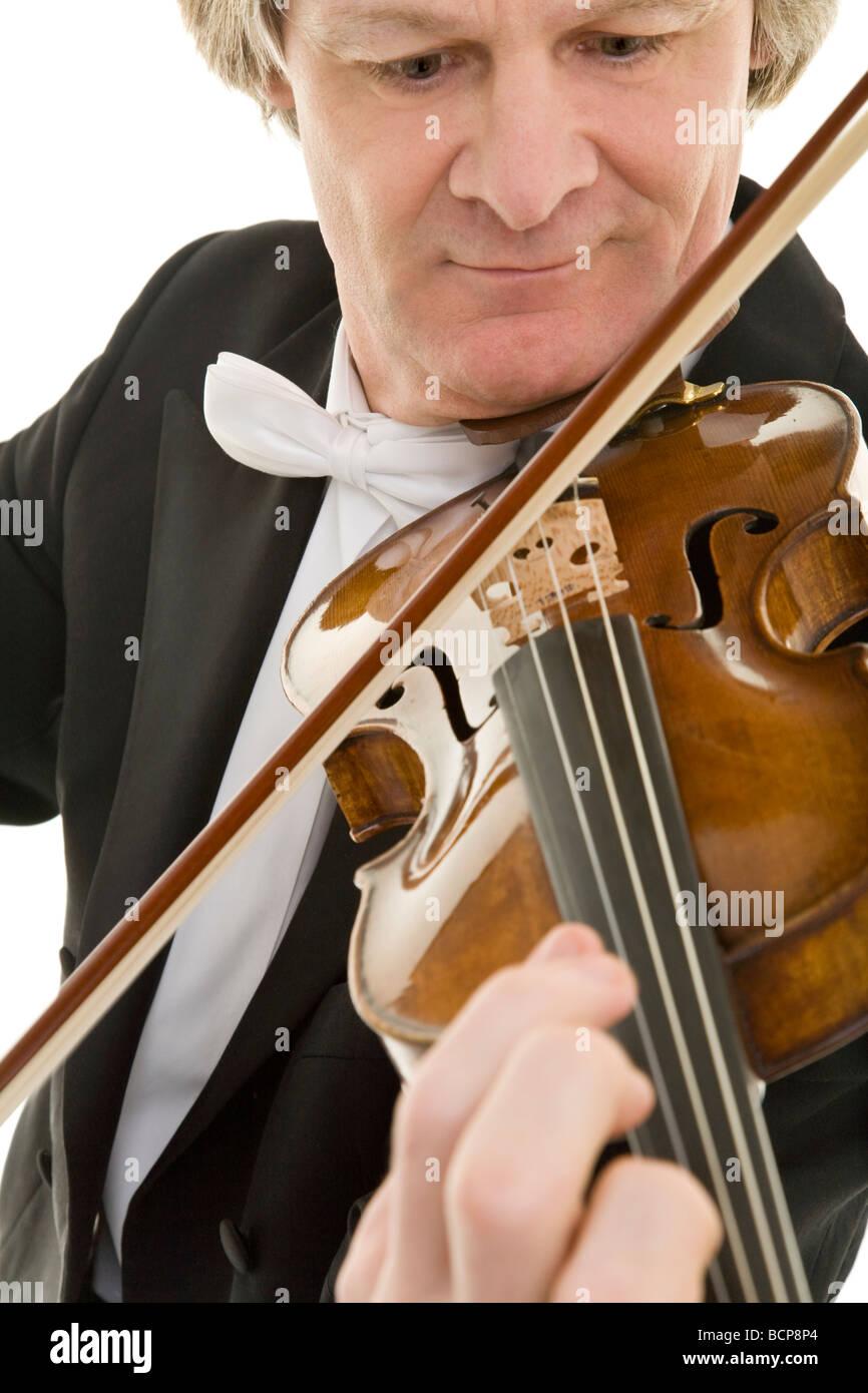 Eleganter Mann im Frack spielt konzentriert Violine - Stock Image