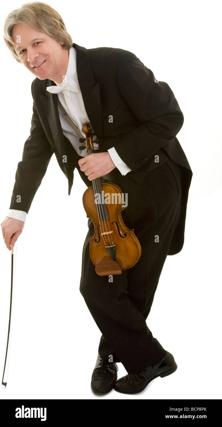 Eleganter Mann im Frack mit Violine stützt sich auf seinen Bogen - Stock Image