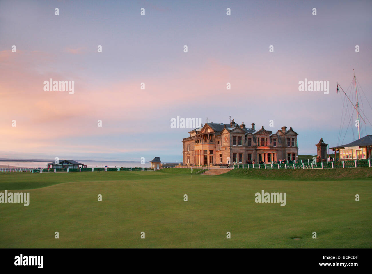 The18th green and clubhouse on the Old Course of the Royal and Ancient Golf Club, St Andrews, Fife, Scotland - Stock Image