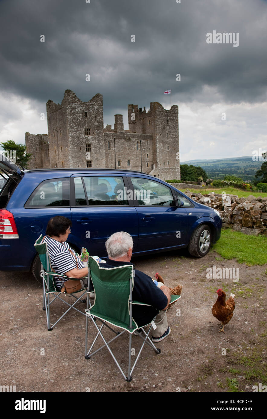 Picnicking at Castle Bolton Wensleydale North Yorkshire - Stock Image