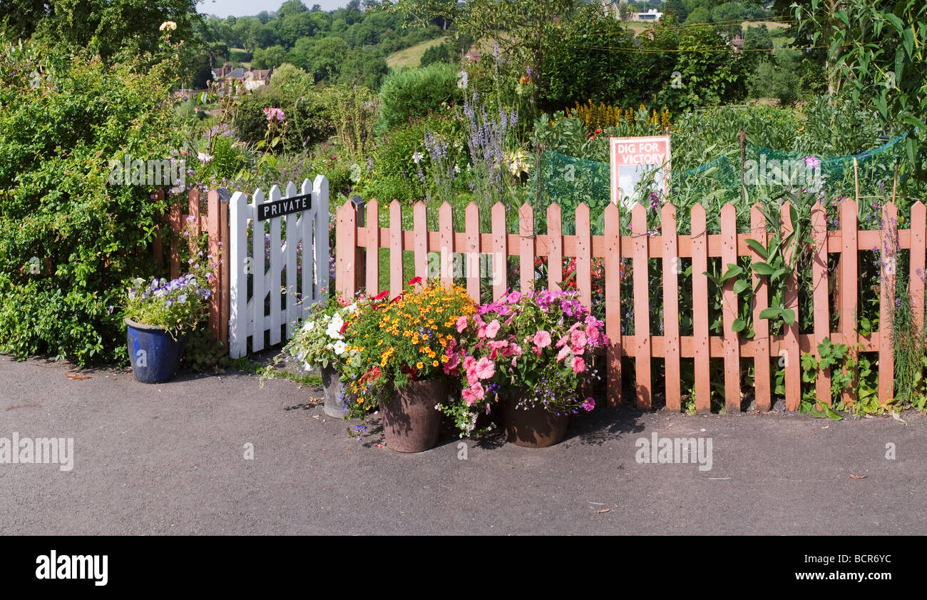 Superbe A Cottage Back Gardent At Arley Station On The Severn Valley Railway With A  Dig For Victory Sign Commemorating The Second World