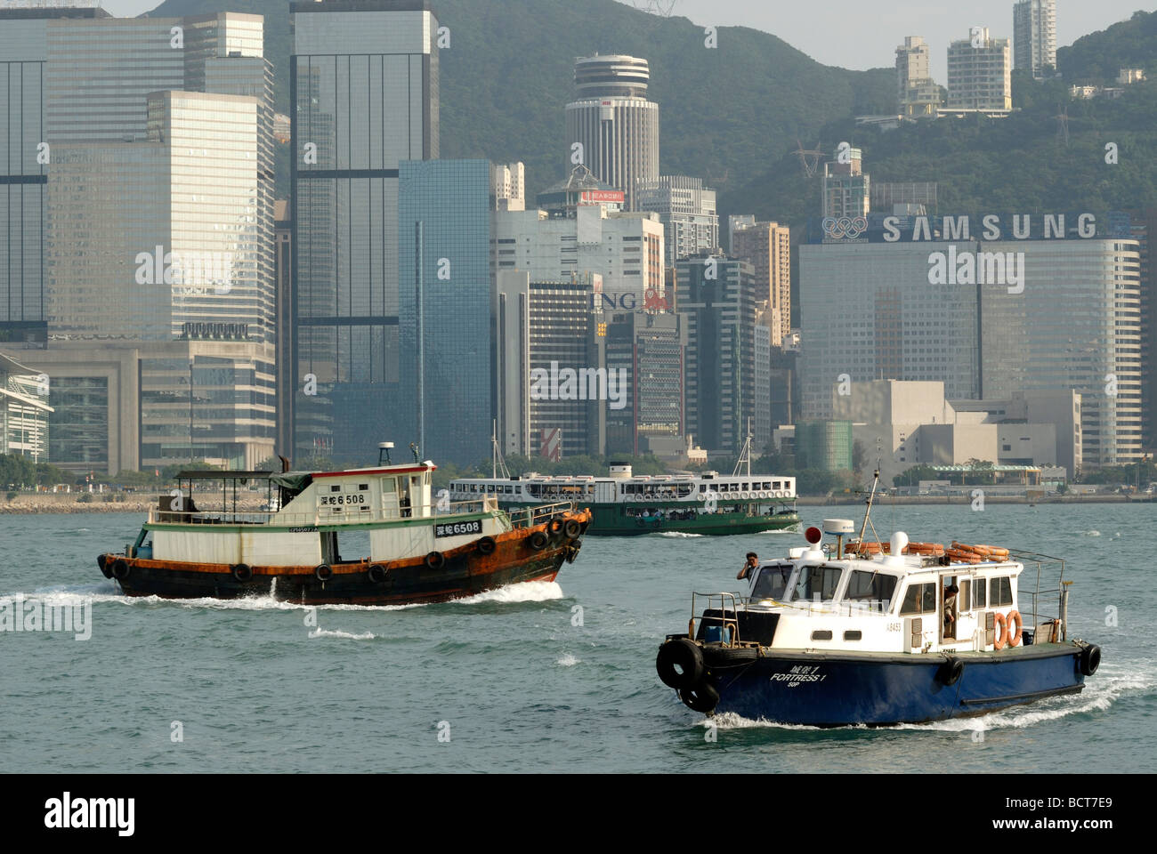 Tugs, Star Ferry and boat in front of the skyline of Central Hong Kong, Financial District, Hong Kong, China, Asia - Stock Image