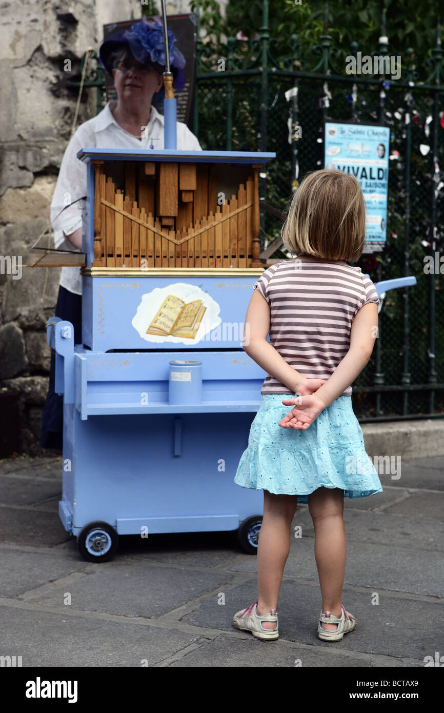 Young girl watches street entertainer in Paris - Stock Image