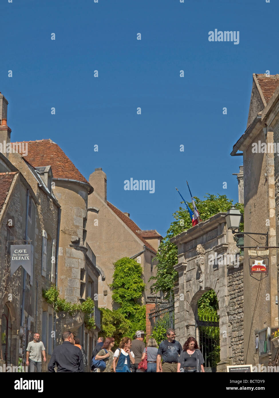 Fußgängerzone für Menschen und Touristen in Vezelay pedestrian area for people and tourists in Vezelay - Stock Image