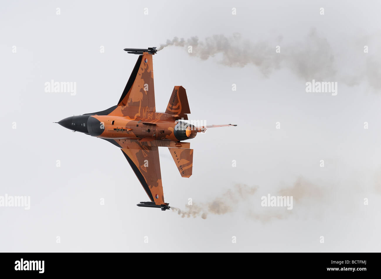 Royal Netherlands Air Force Koninklijke Luchtmacht  F-16AM Fighting Falcon  putting on an excellent display at the - Stock Image