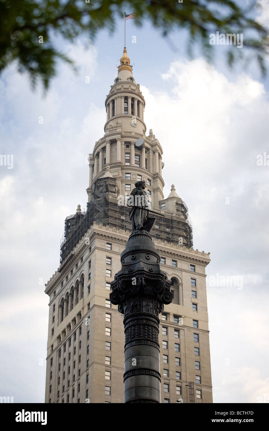 Tower City Center with Cuyahoga County Soldiers and Sailors Monument in foreground Cleveland Ohio - Stock Image