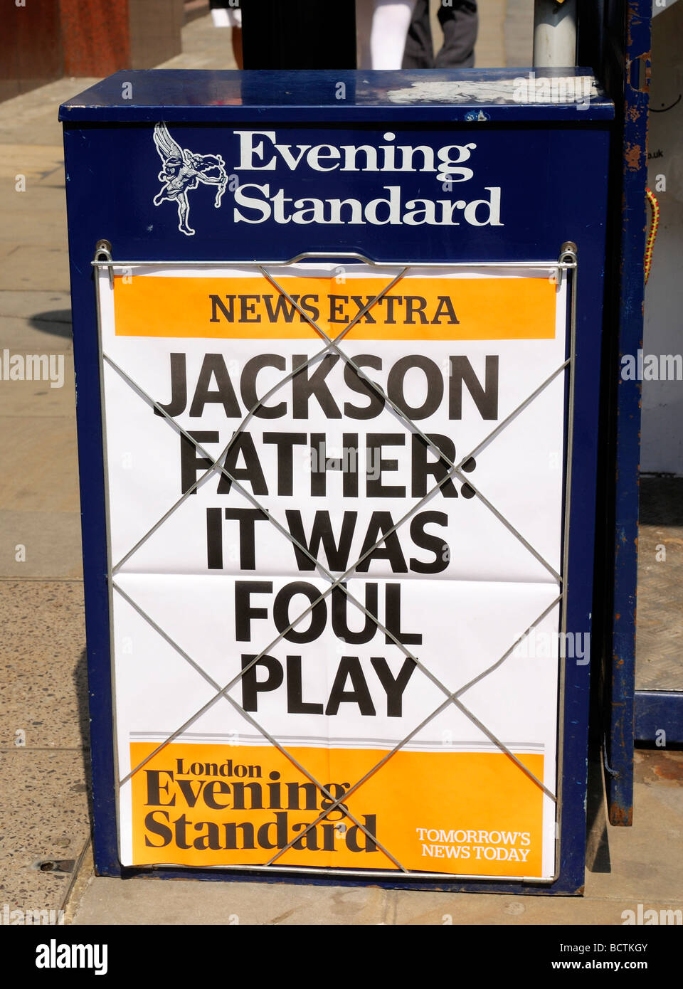 Evening Standard Newspaper Headline - Michael Jackson father it was foul play - Stock Image