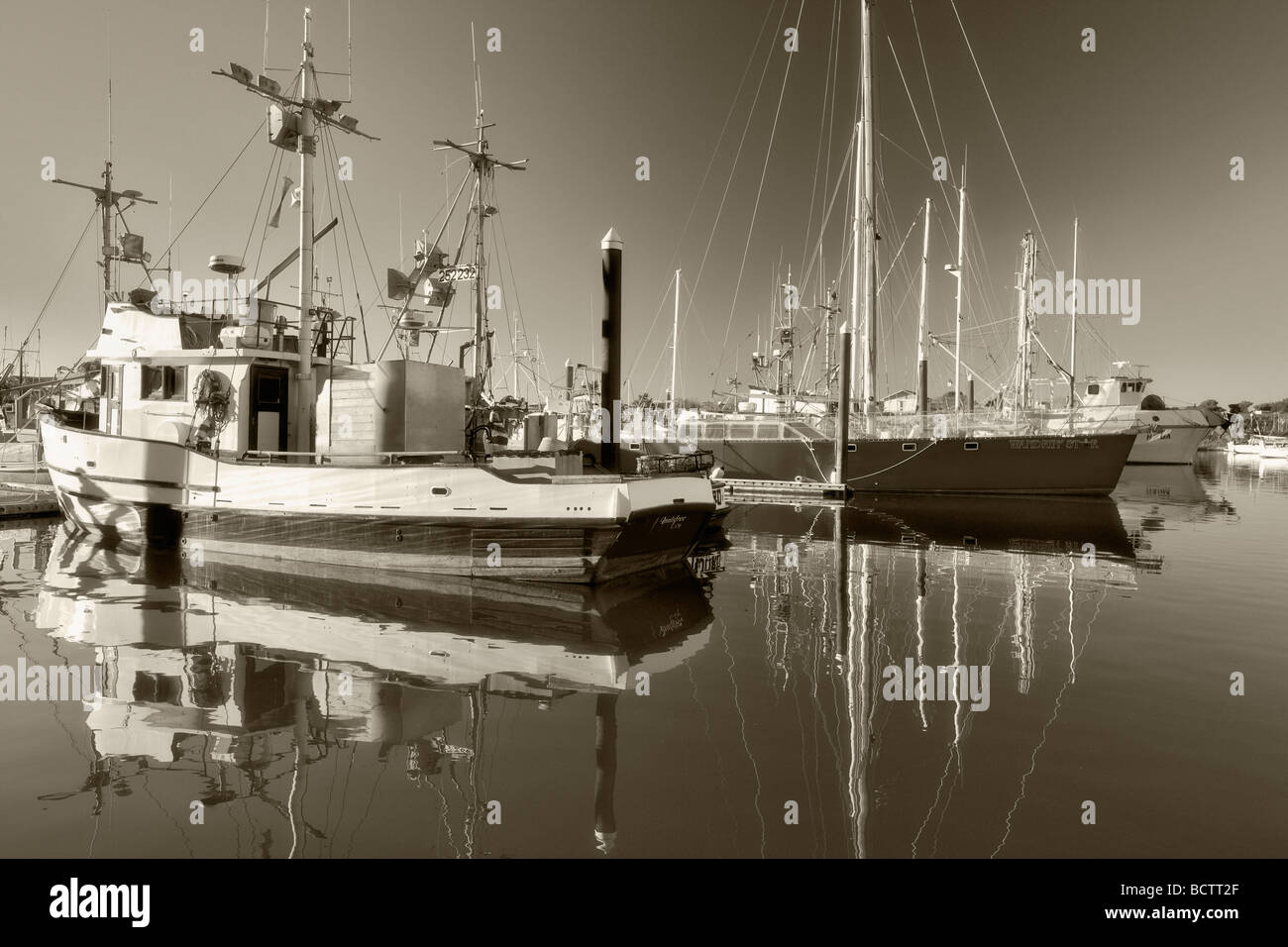 Boats in Brookings Harbor with reflection Oregon - Stock Image