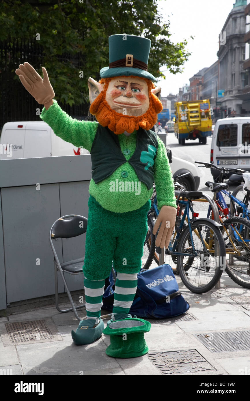 street entertainer dressed as a leprechaun for tourist donations grafton street dublin republic of ireland - Stock Image