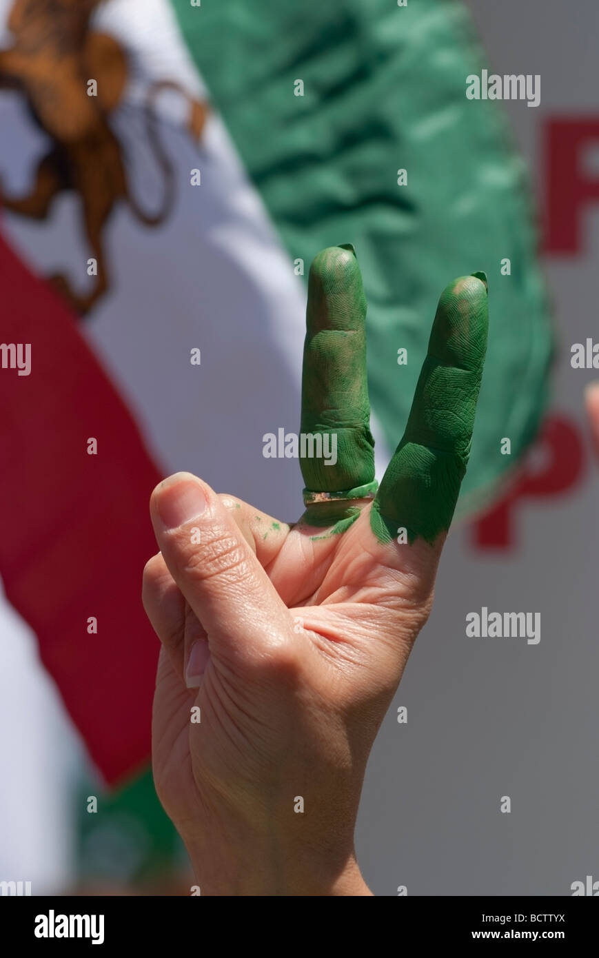 """Iranian woman's hand with two fingers painted green during a demonstration on the """"Global Day of Action"""", San Francisco, - Stock Image"""