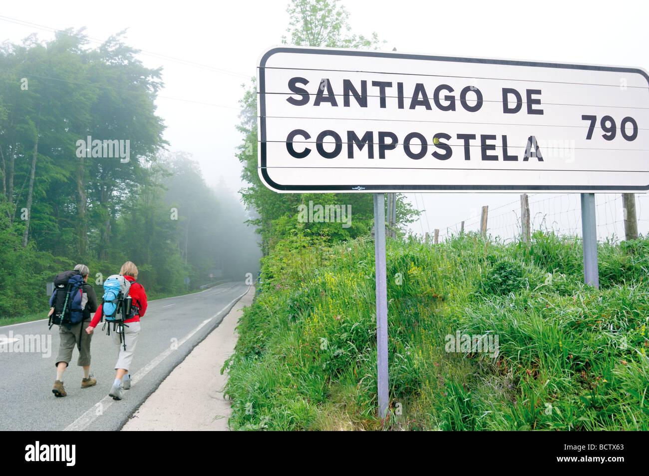 Spain, St. James Way, Navarra: Pilgrims on the way to Santiago de Compostela in Roncesvalles - Stock Image