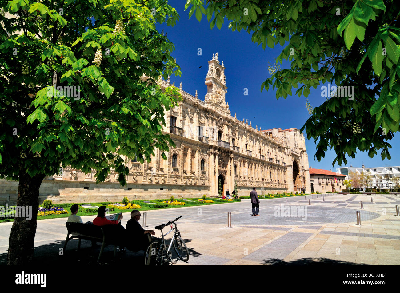 Spain, St. James Way: Square San Marcos with the luxuary Hotel Parador de San Marcos in Leon - Stock Image