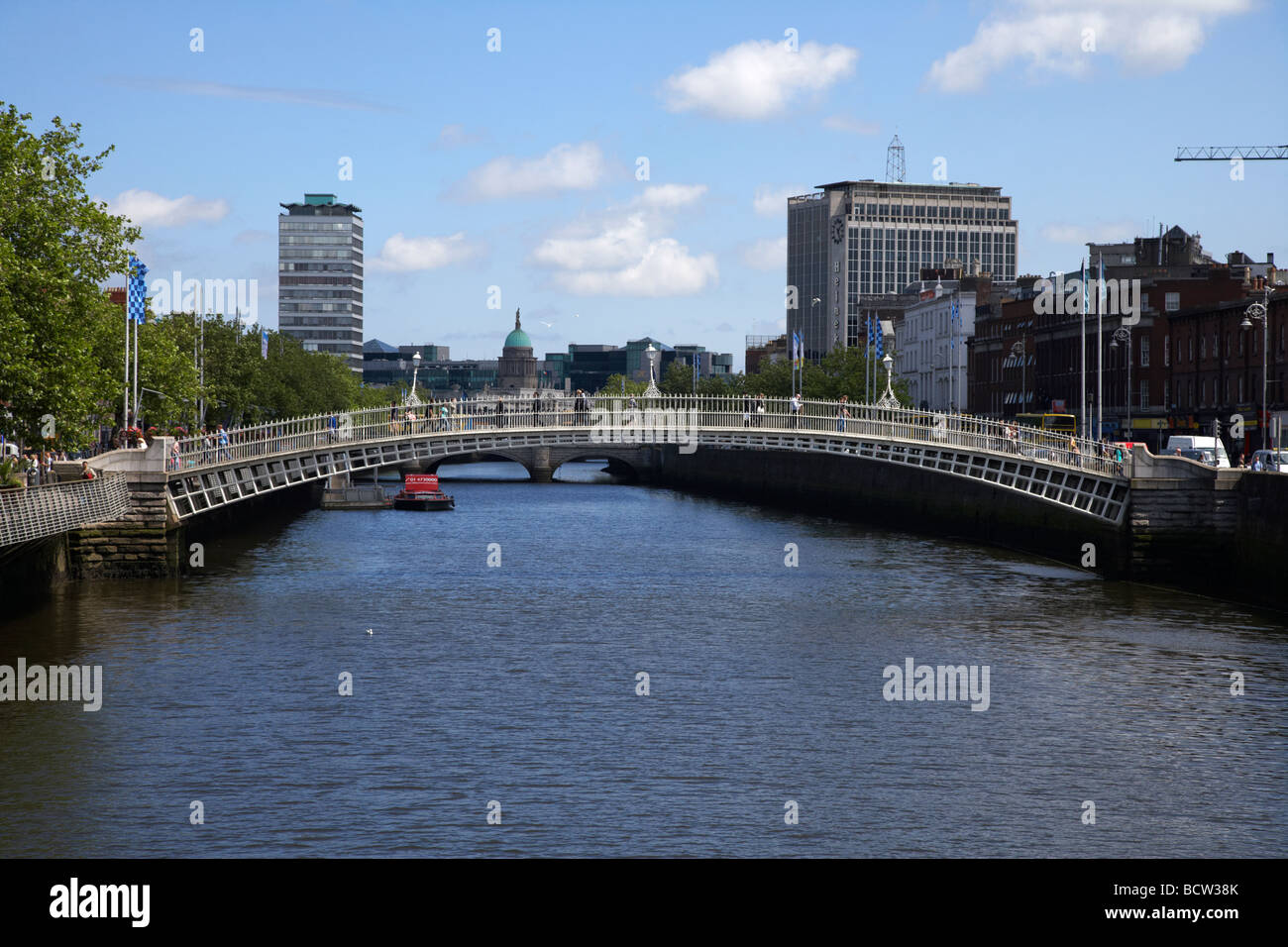 halfpenny hapenny bridge over the river liffey in the centre of dublin city republic of ireland - Stock Image