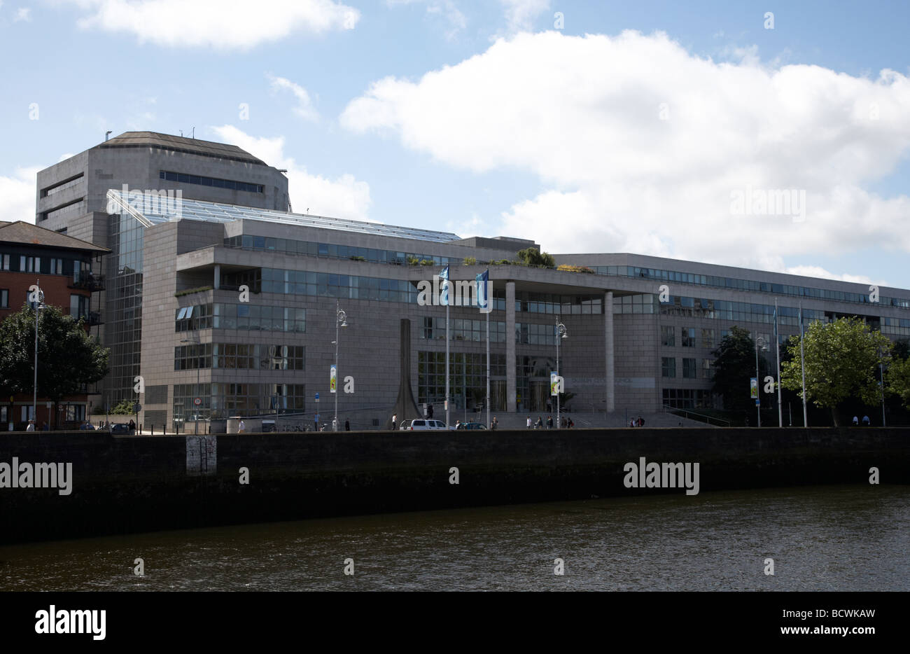 dublin city council offices and river liffey at wood quay dublin republic of ireland - Stock Image