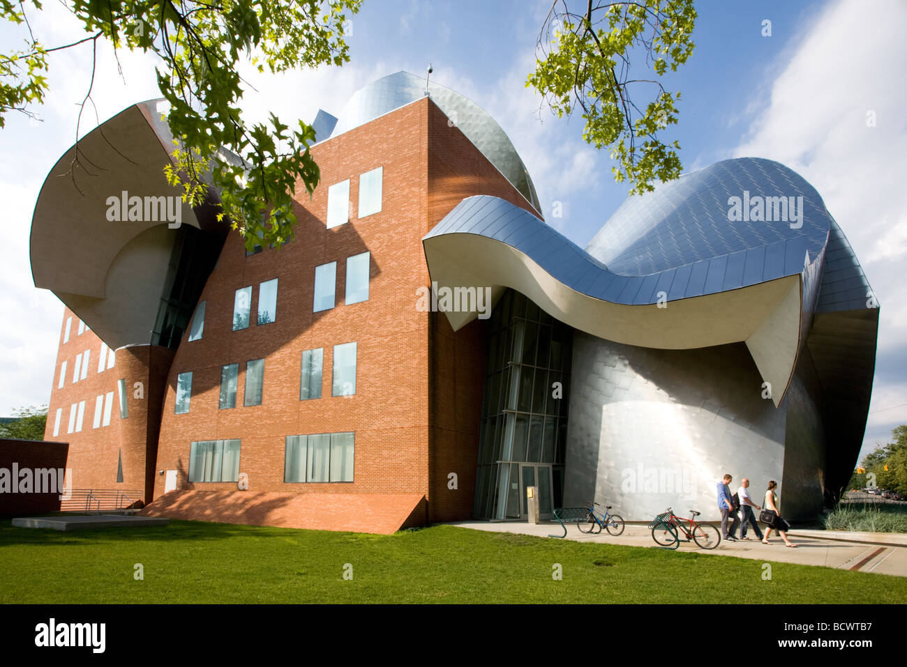 Peter B Lewis Building by Frank Gehry on Case Western Reserve campus in Cleveland Ohio - Stock Image