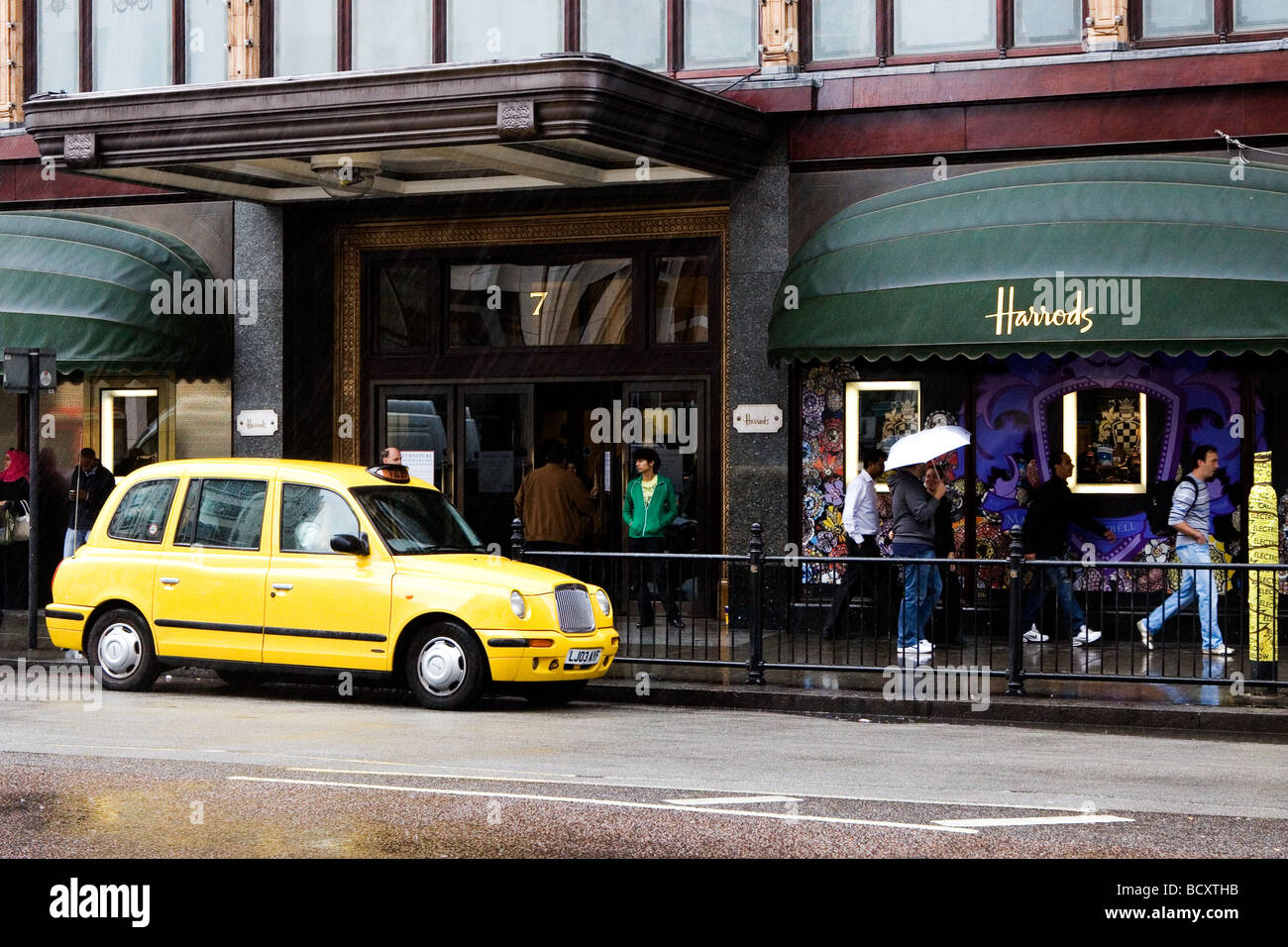 Yellow Cab outside Harrods - Stock Image
