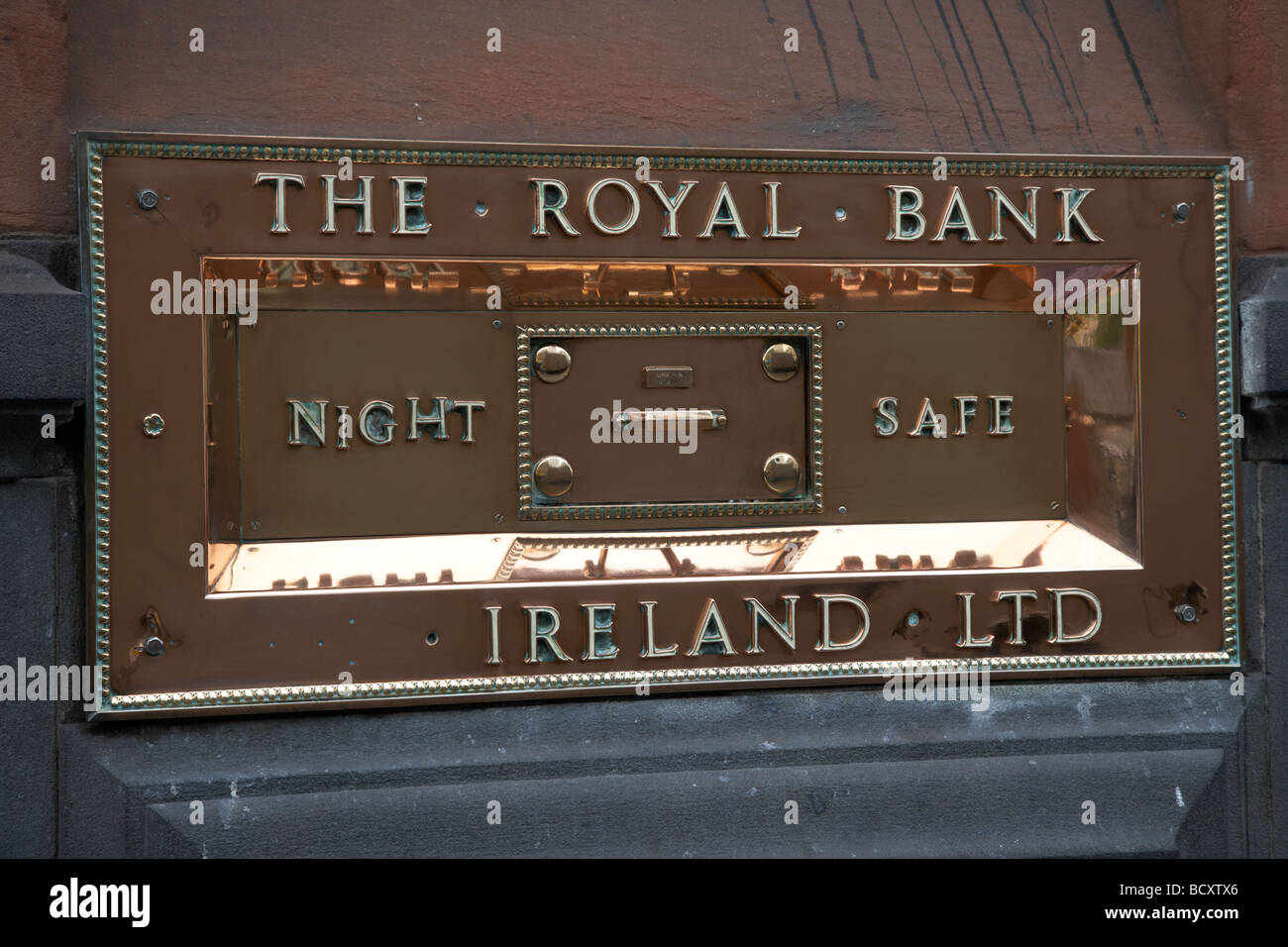 highly polished copper night safe plaque of the royal bank ireland ltd bank in dame street now a pub dublin republic - Stock Image