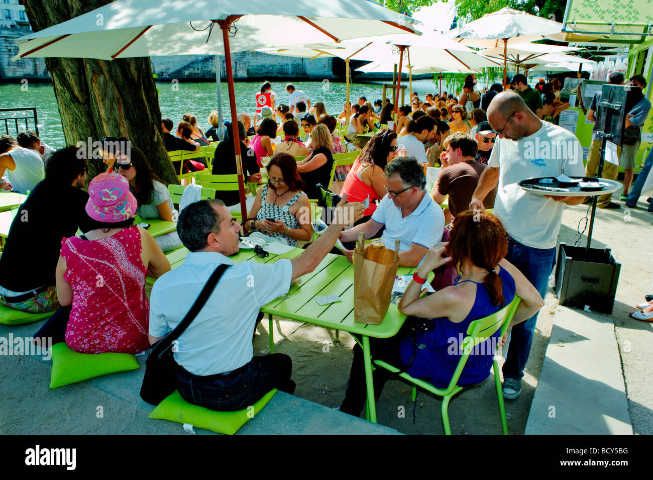 Paris France, Public Events, Crowd People Sharing Meals on Terrace French Bistro Restaurant on 'Seine River' - Stock Image