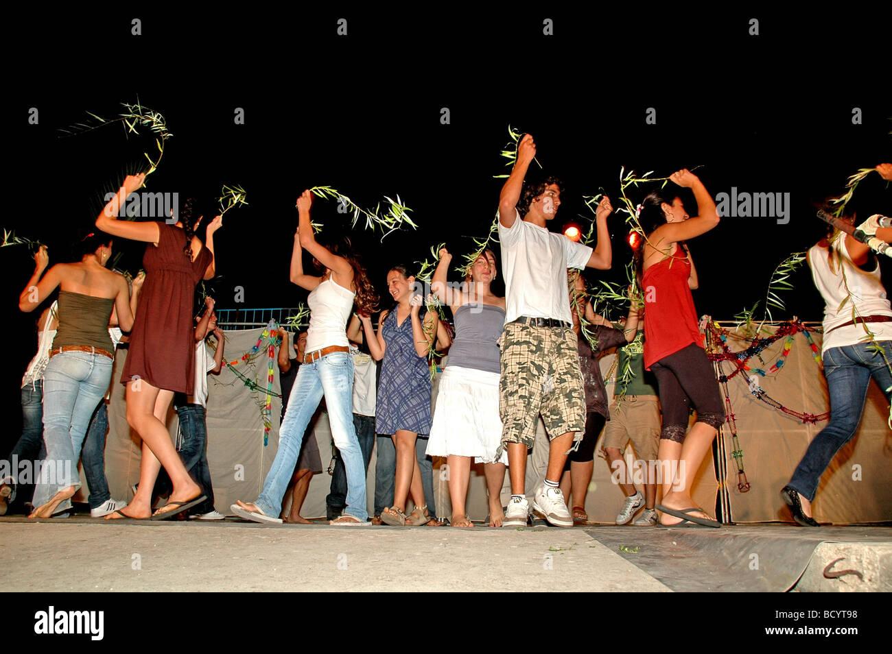 Israel Jordan Valley Kibbutz Ashdot Yaacov Sukkoth celebration The youth group performing the Aravah willow dance - Stock Image