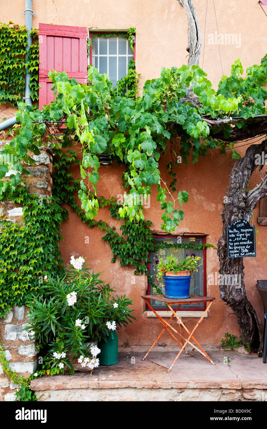 Sidewalk cafe in Roussillon, Provence France - Stock Image