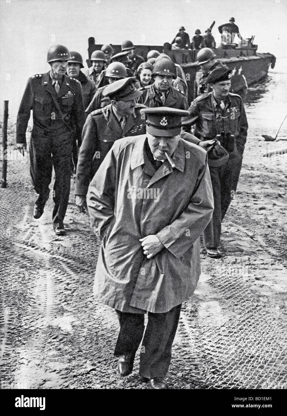 WINSTON CHURCHILL crosses the Rhine on 25 March 1945 with US and British generals - see Description below - Stock Image