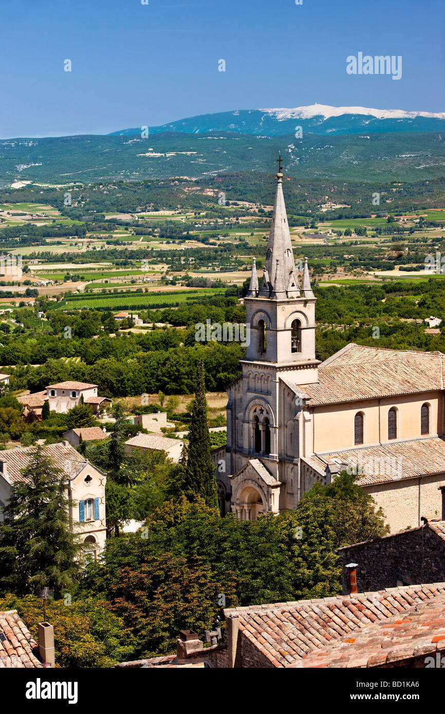 Eglise du Bas - Church in Bonnieux with Mont Ventoux beyond, Provence France - Stock Image