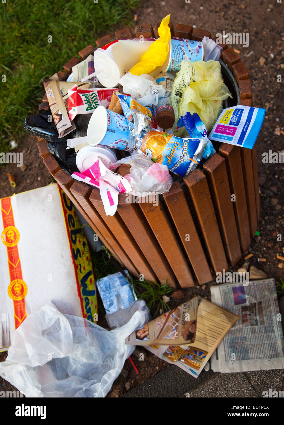 Litter bin overflowing in the street - Stock Image