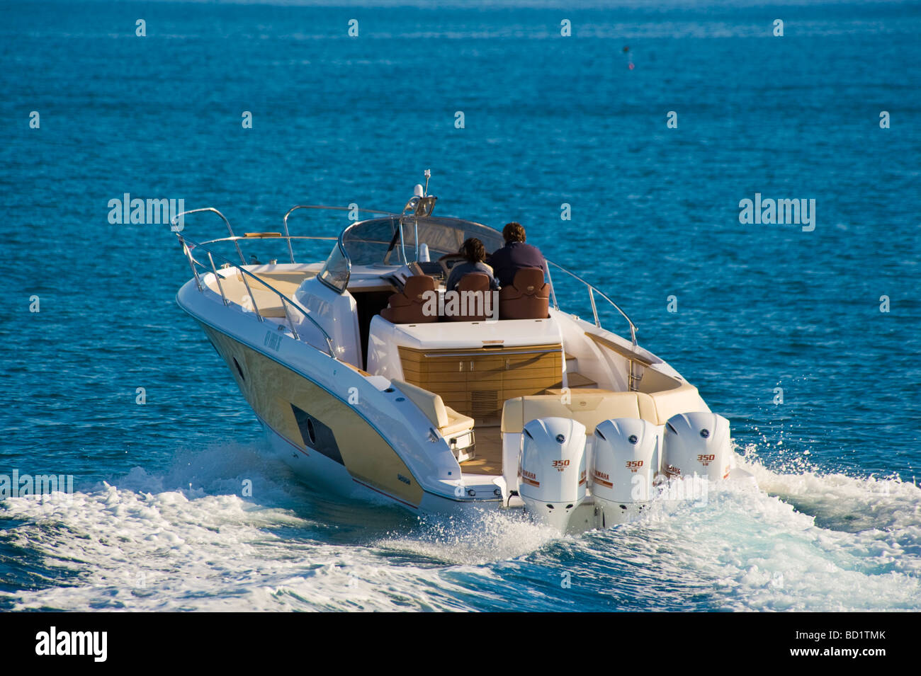 Three Yamaha outboard engines on Sessa Key Largo 36 powerboat splatter splash water fun speed - Stock Image