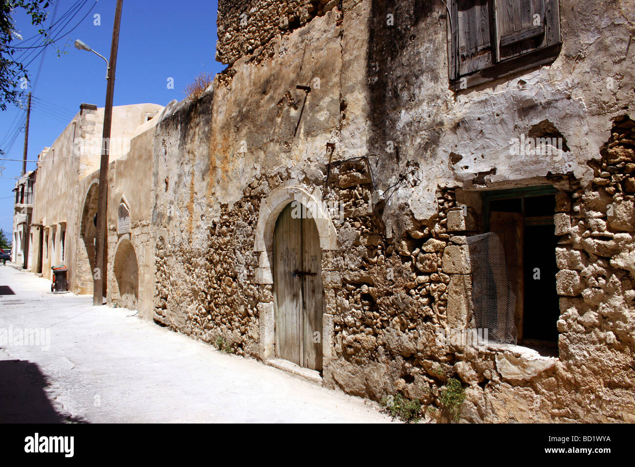 A DERELICT BUILDING IN THE BACKSTREETS OF RETHYMNON ON THE GREEK ISLAND OF CRETE. - Stock Image