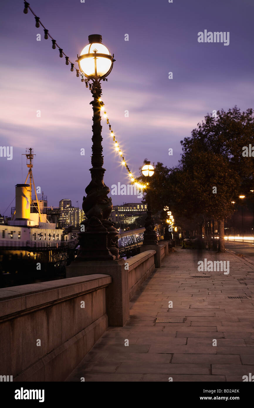 Victoria embankment at night - Stock Image