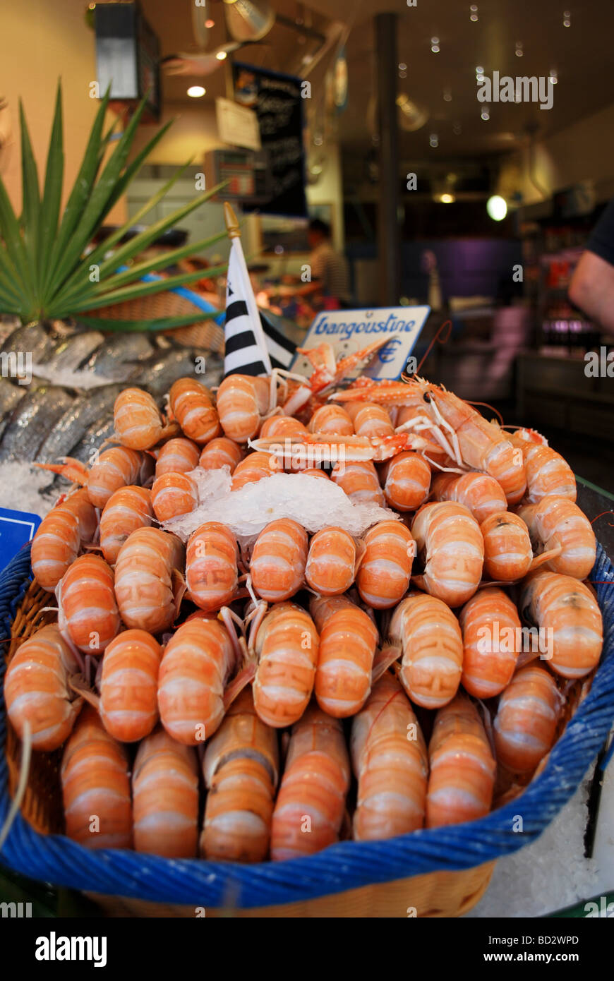France Paris A pile of shrimps on display at an entrance to a restaurant - Stock Image
