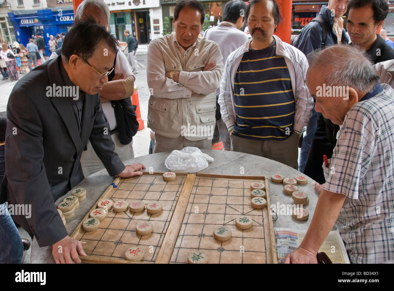 GROUP OF CHİNESE MAN PLAYİNG DRAUGHT İN CHİNE TOWN - Stock Image