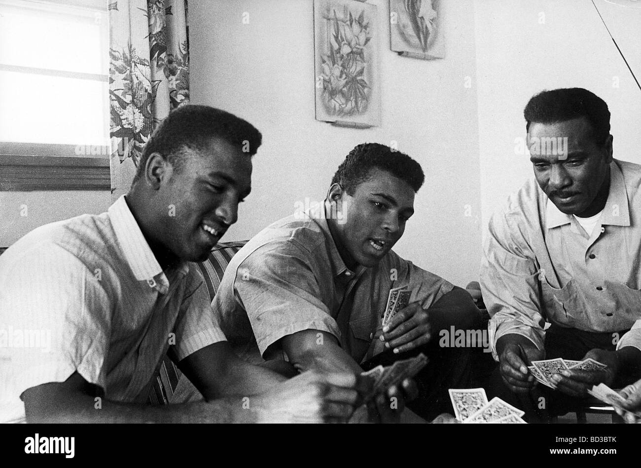 MUHAMMAD ALI  centre with his brother Rudolph at left and father Cassius play cards at their Louisville, Kentucky - Stock Image