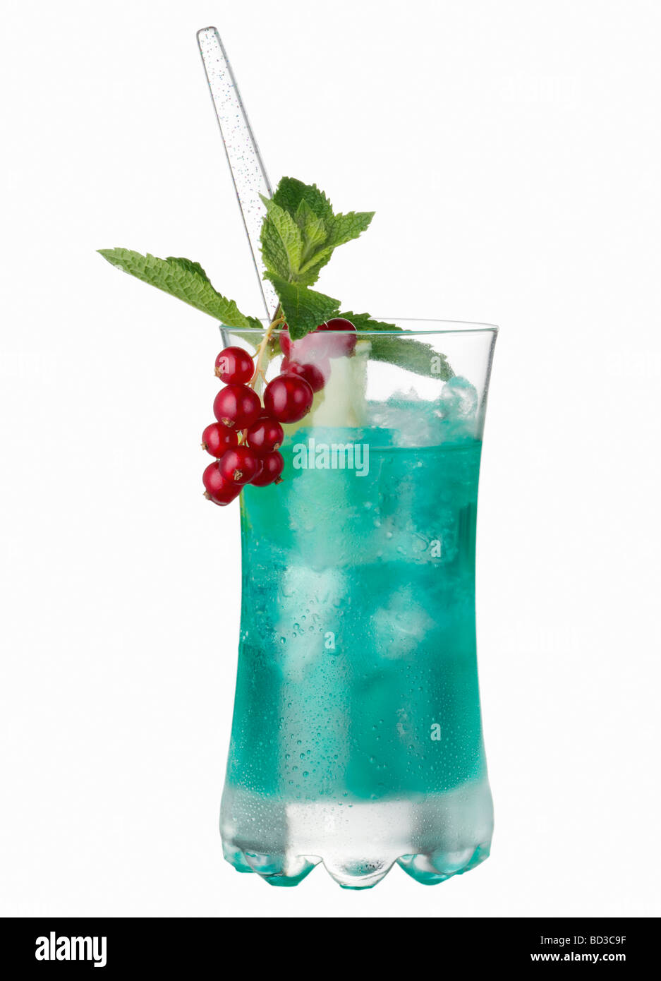 Ein Longdrink mit Blue Curacao A longdrink with blue curacao - Stock Image