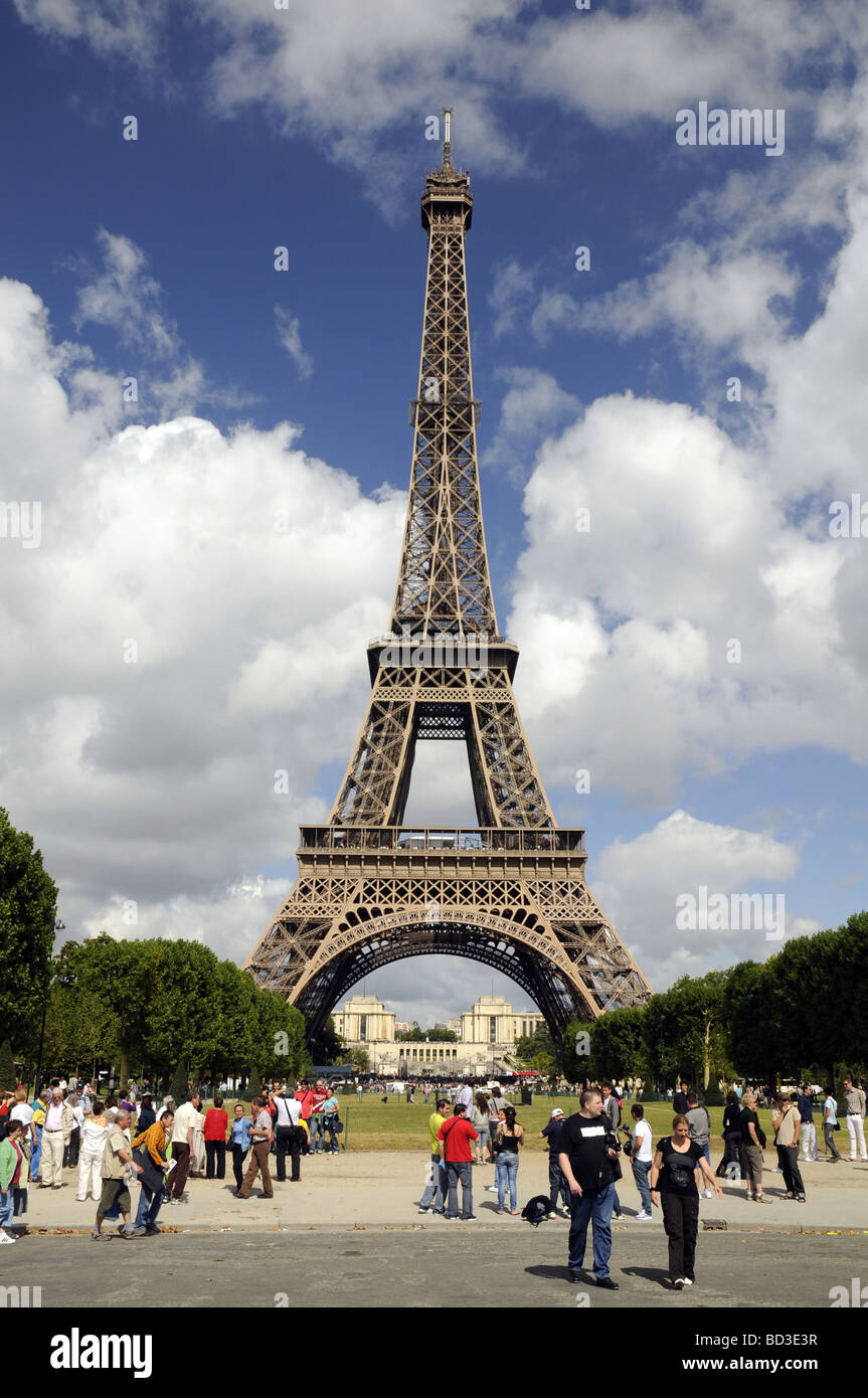 The Eiffel Tower, Paris, France. The Palais de Chaillot can be seen in the distance. - Stock Image