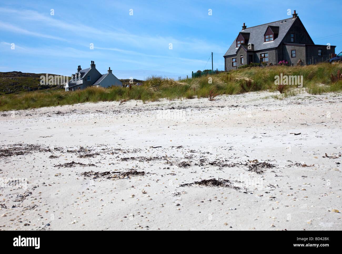 Houses on a sandy beach on the Inner Hebridean island of Iona, Argyll, Scotland - Stock Image