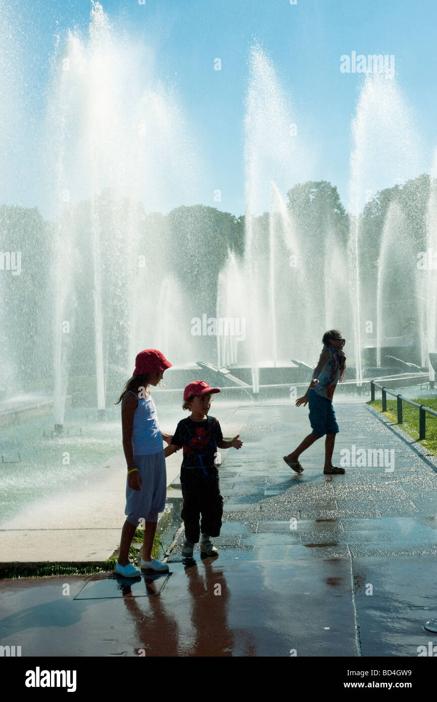 Paris France, 'Street Scene' Tourists Children Playing in Public 'Water Fountains' at Trocadero, - Stock Image
