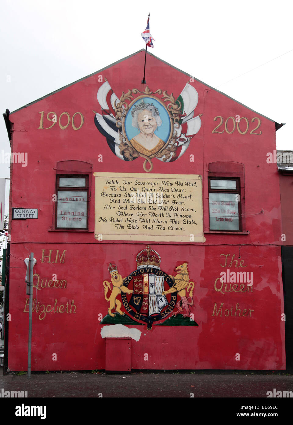 Mural to commemorate Queen Elizabeth the Queen Mother in the loyalist Shankill area of West Belfast. - Stock Image