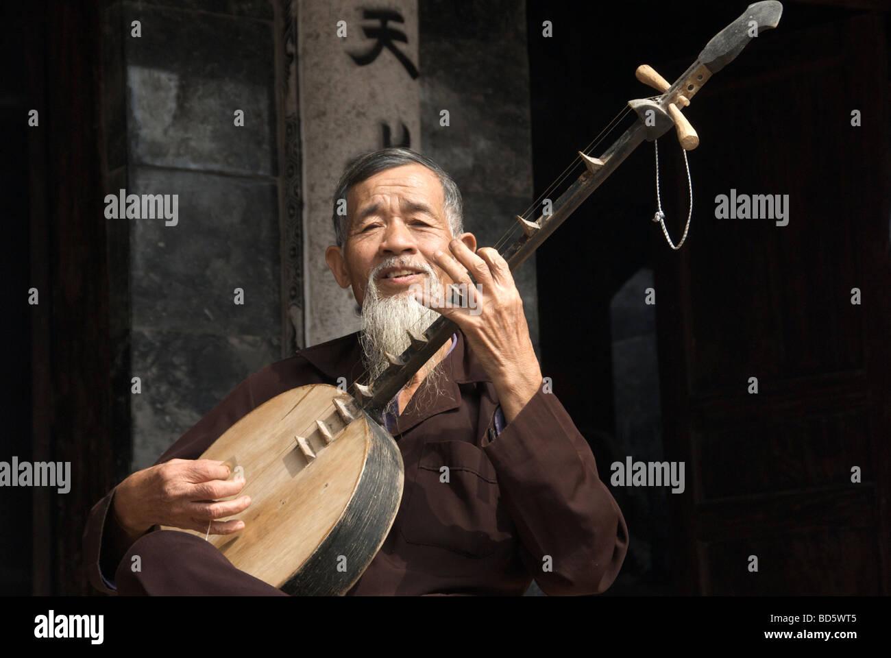 Musician playing Dan Nguyet or Moon Lute Tam Coc Ninh Binh Province Northern Vietnam - Stock Image