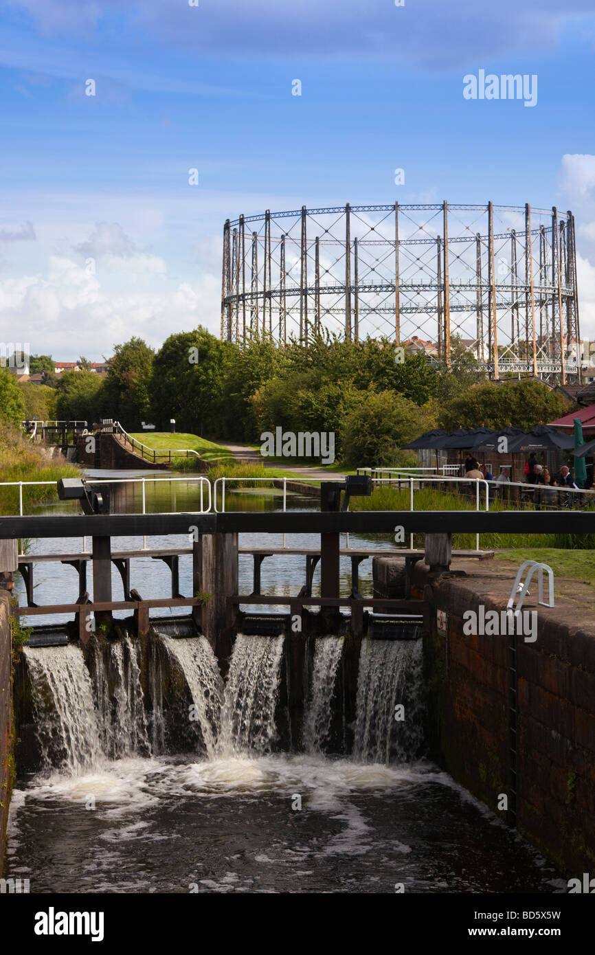 Lock 27 near Anniesland, Glasgow on the Forth and Clyde canal, Scotland, UK, Great Britain - Stock Image