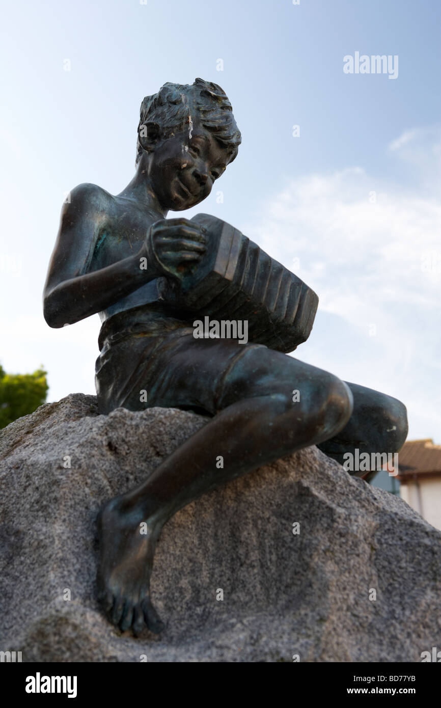 johnny the jig bronze sculpture playing the accordian by rosamund praeger in holywood county down - Stock Image
