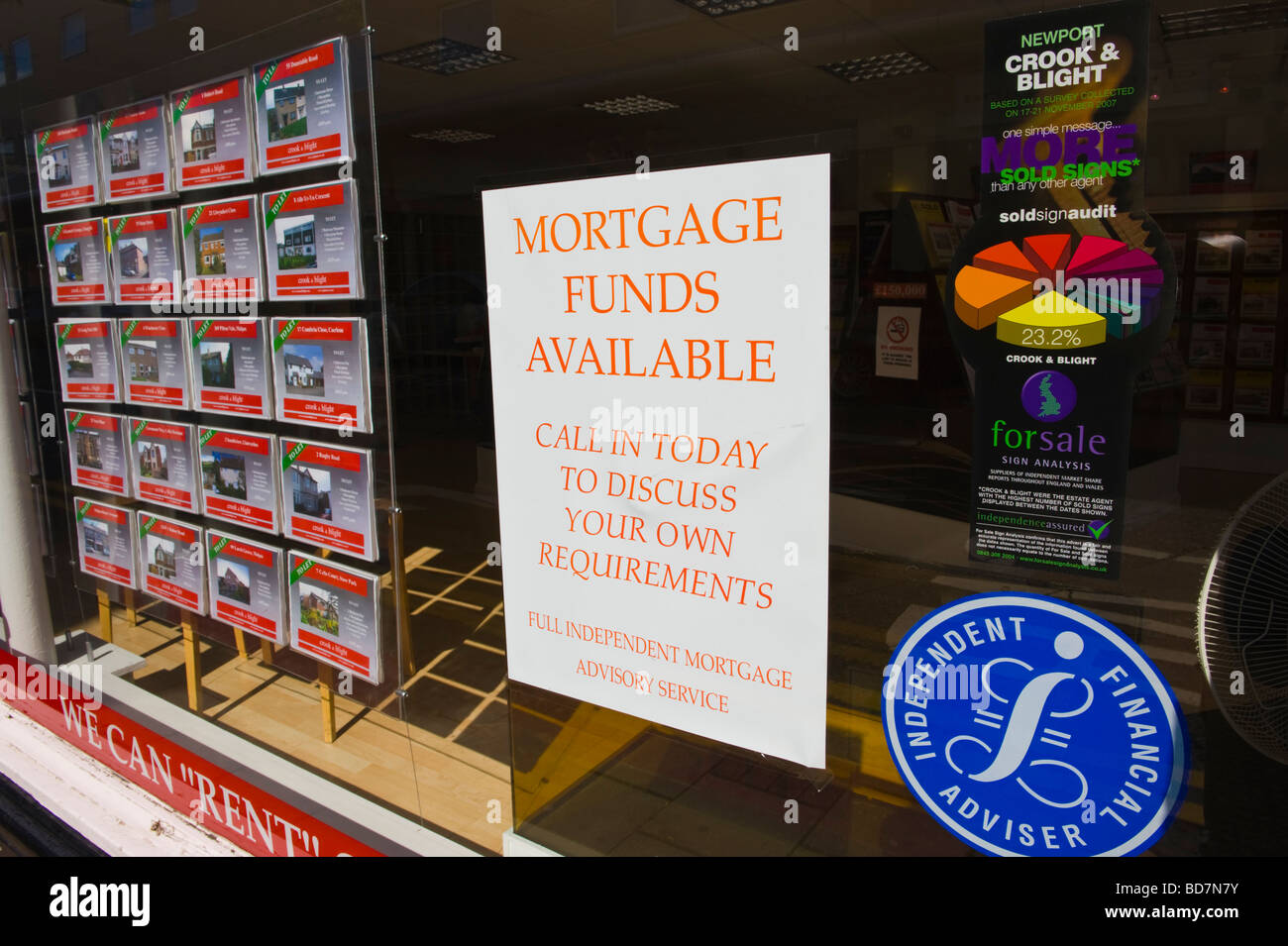MORTGAGE FUNDS AVAILABLE notice in estate agents window UK - Stock Image